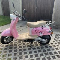 Pinkfarbener Roller
